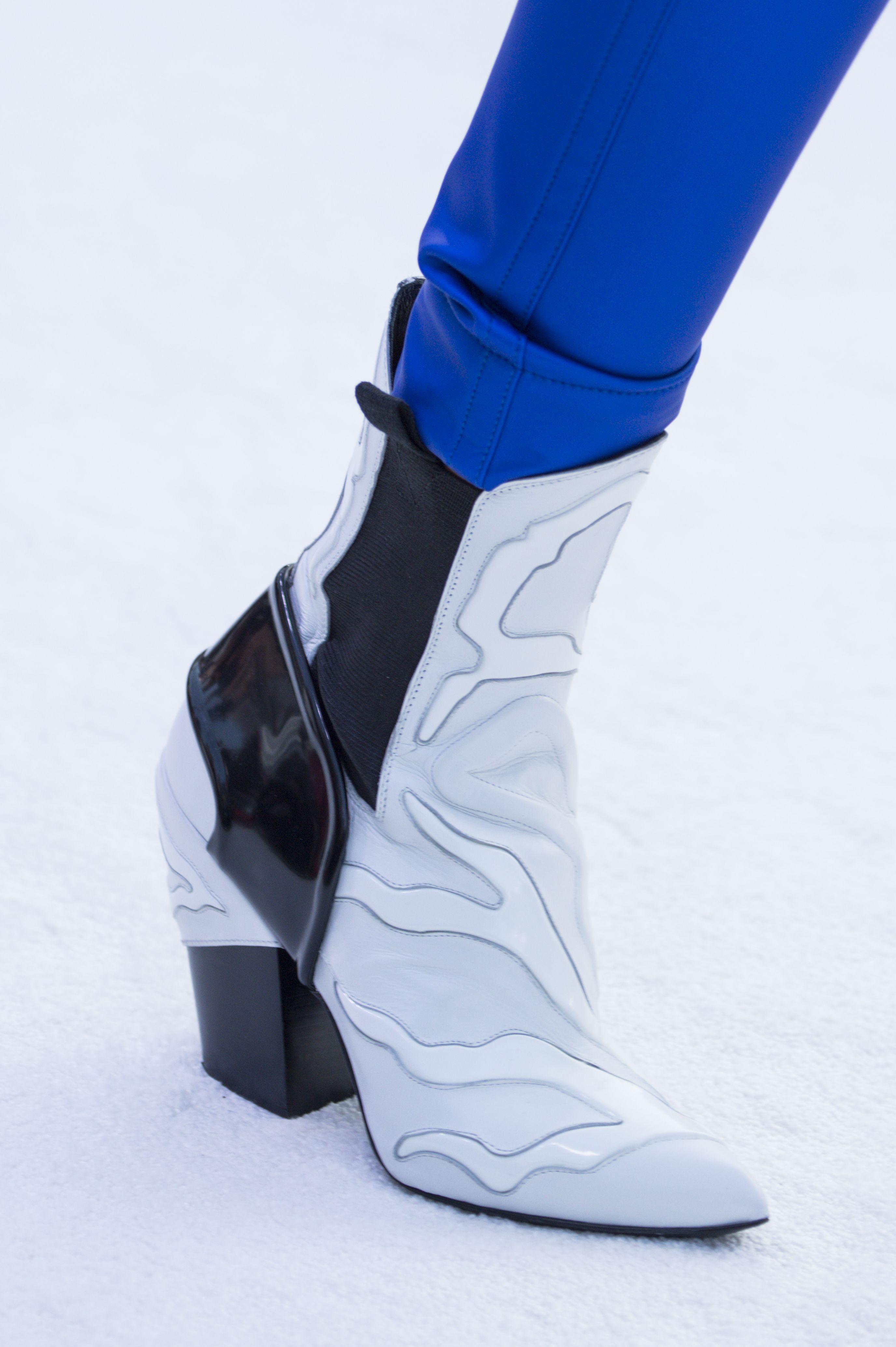 Белые ботинки с рисунком