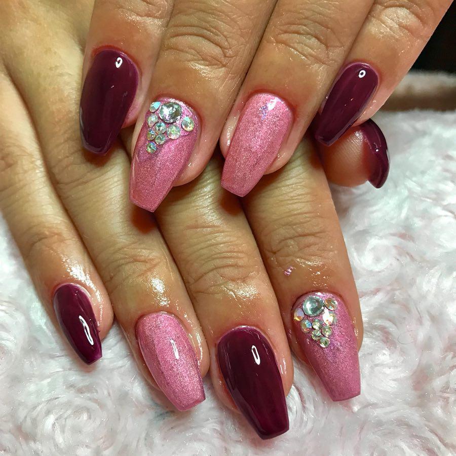 Бордовый маникюр с розовым