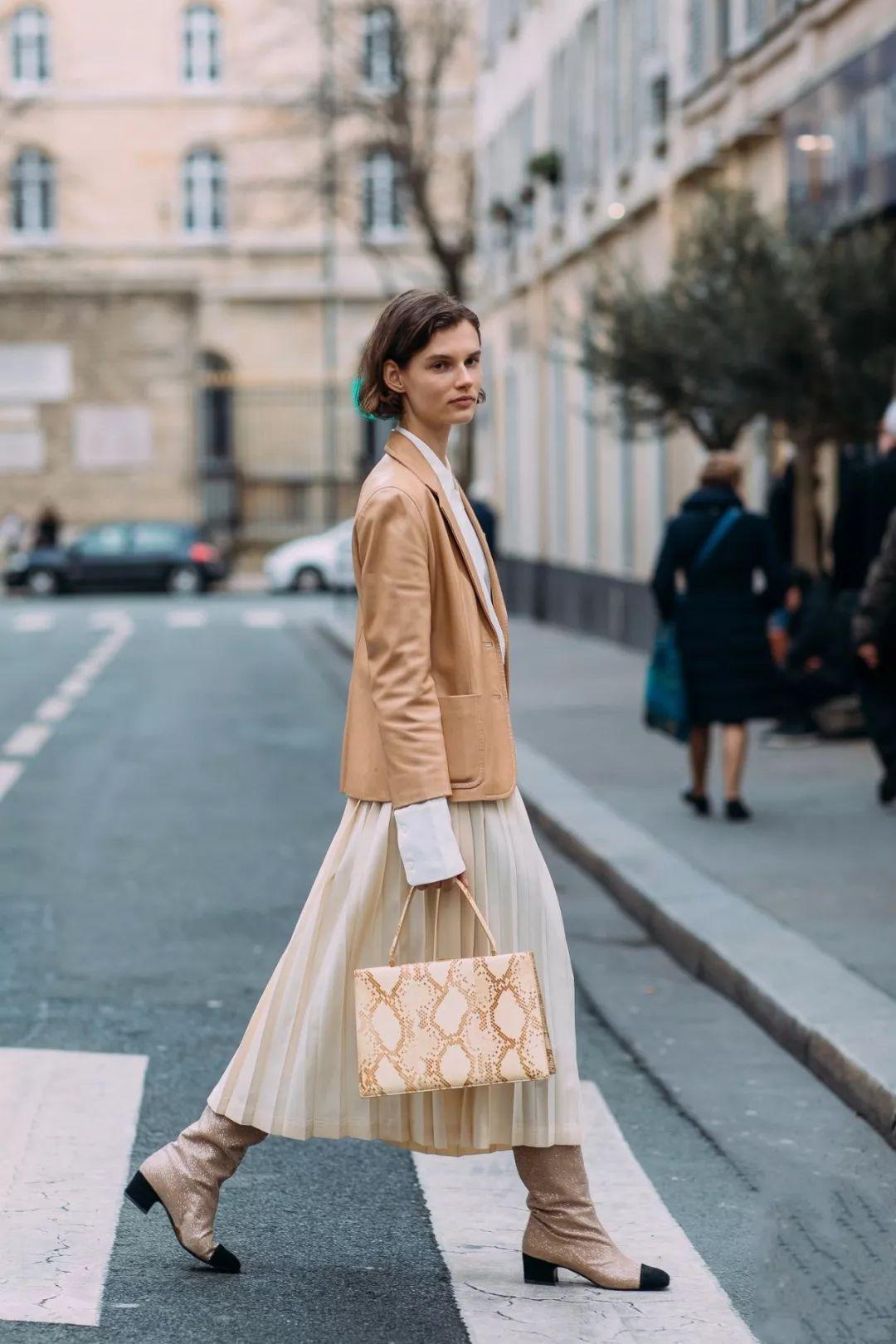 Бежевая юбка с сапогами