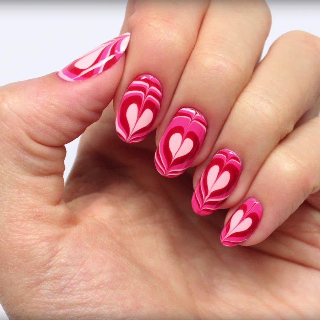 Мраморный маникюр розовый с сердечками