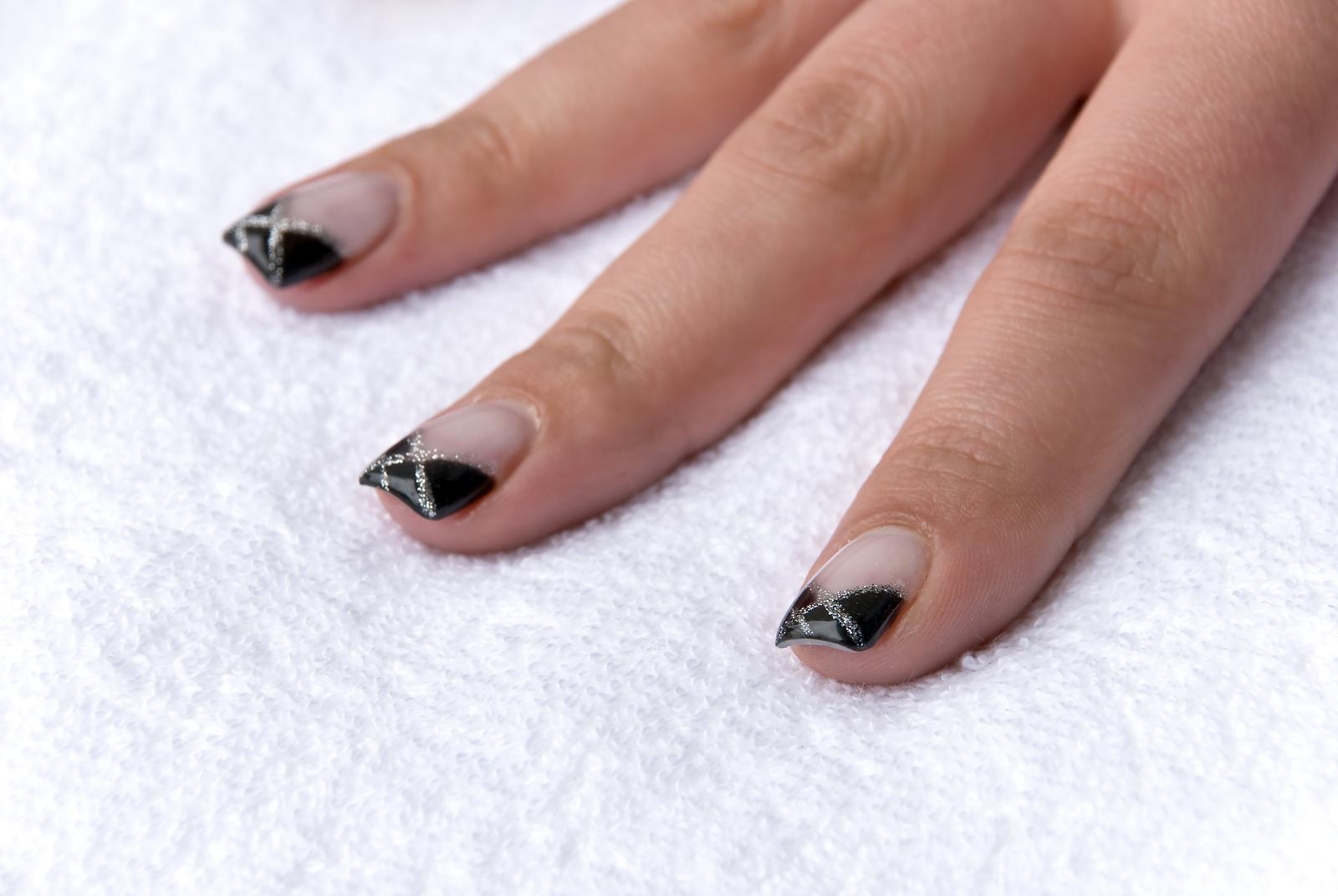 Черный маникюр с серебряными полосками