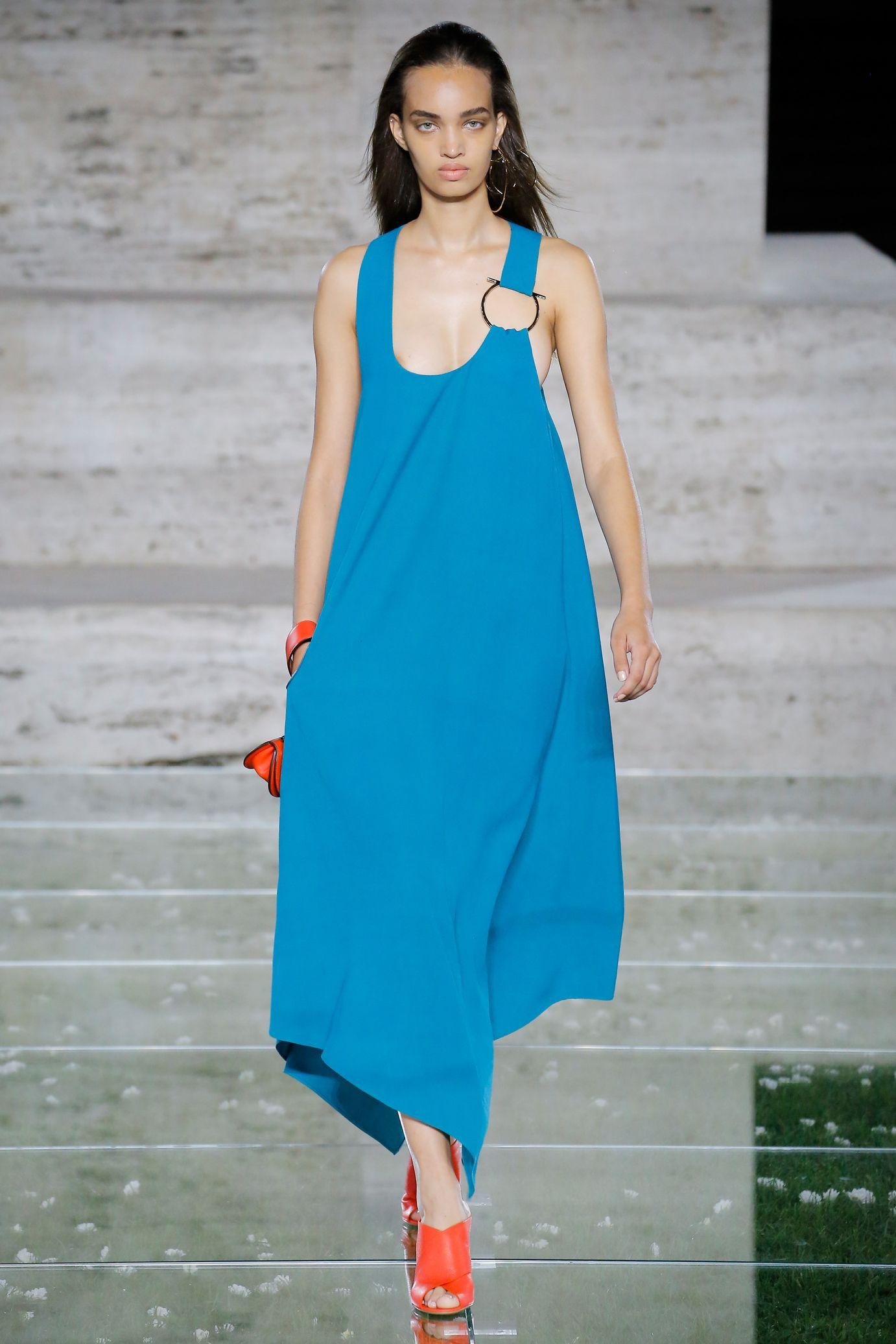 Salvatore Ferragamo весна лето 2018 синее платье