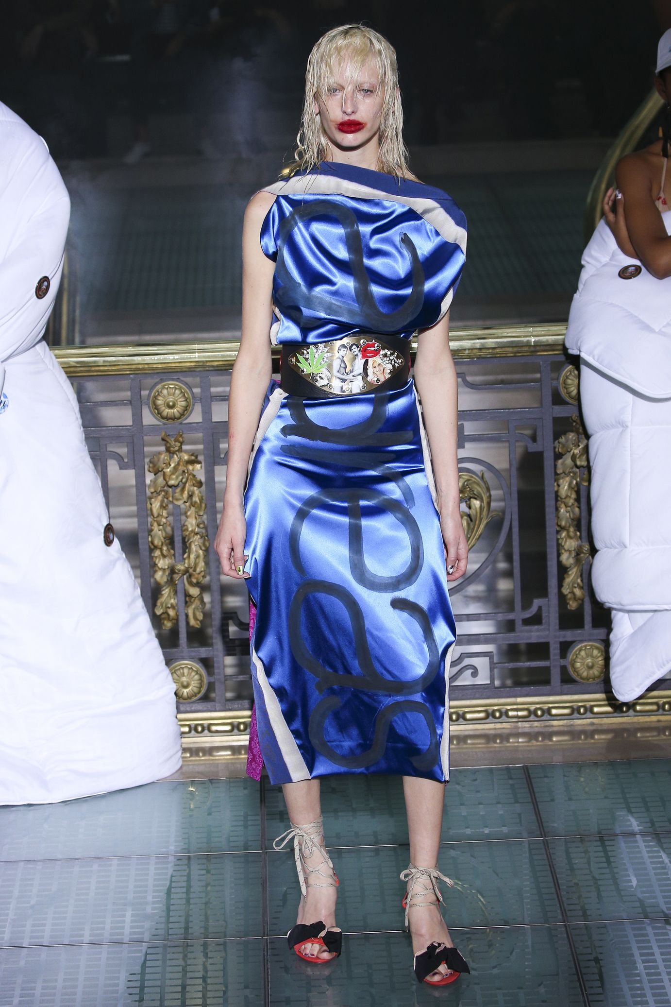 Vivienne Westwood весна лето 2018 синее платье