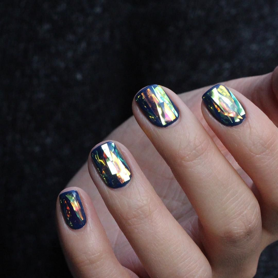 Маникюр битое стекло синий на короткие ногти