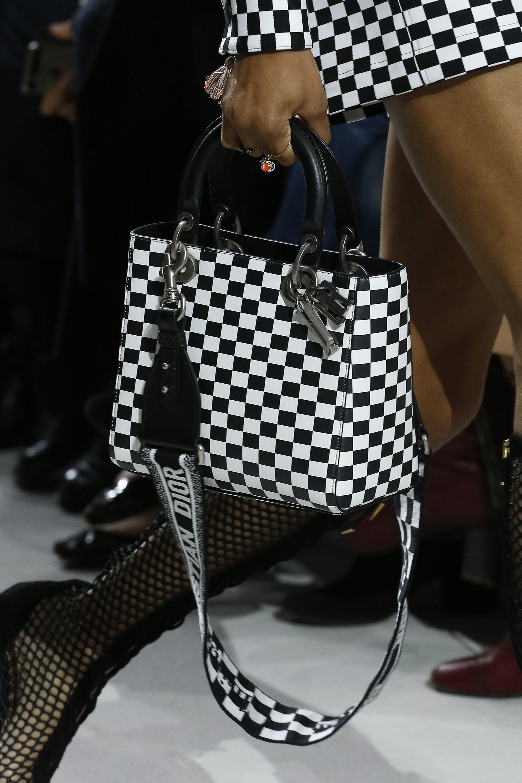 Christian Dior весна лето 2018 черно-белая сумка