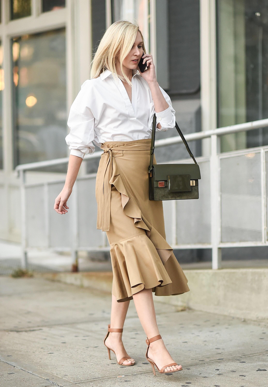 Бежевая юбка с туфлями