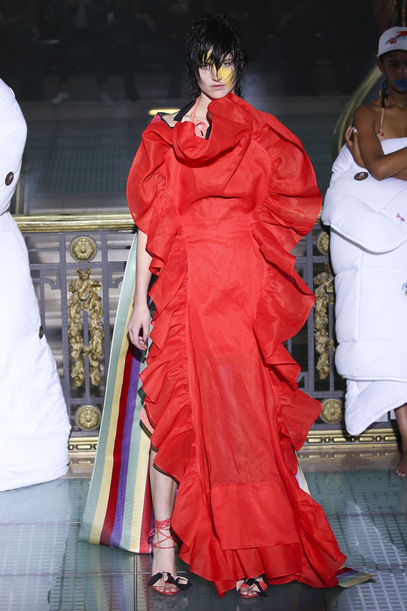 Vivienne Westwood весна лето 2018 красное платье с воланами
