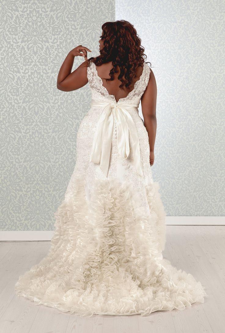 Свадебное платье для полных с воланами на шлейфе