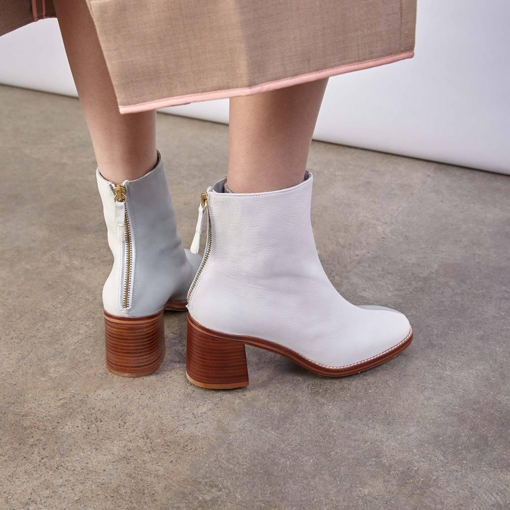 Белые ботинки замшевые