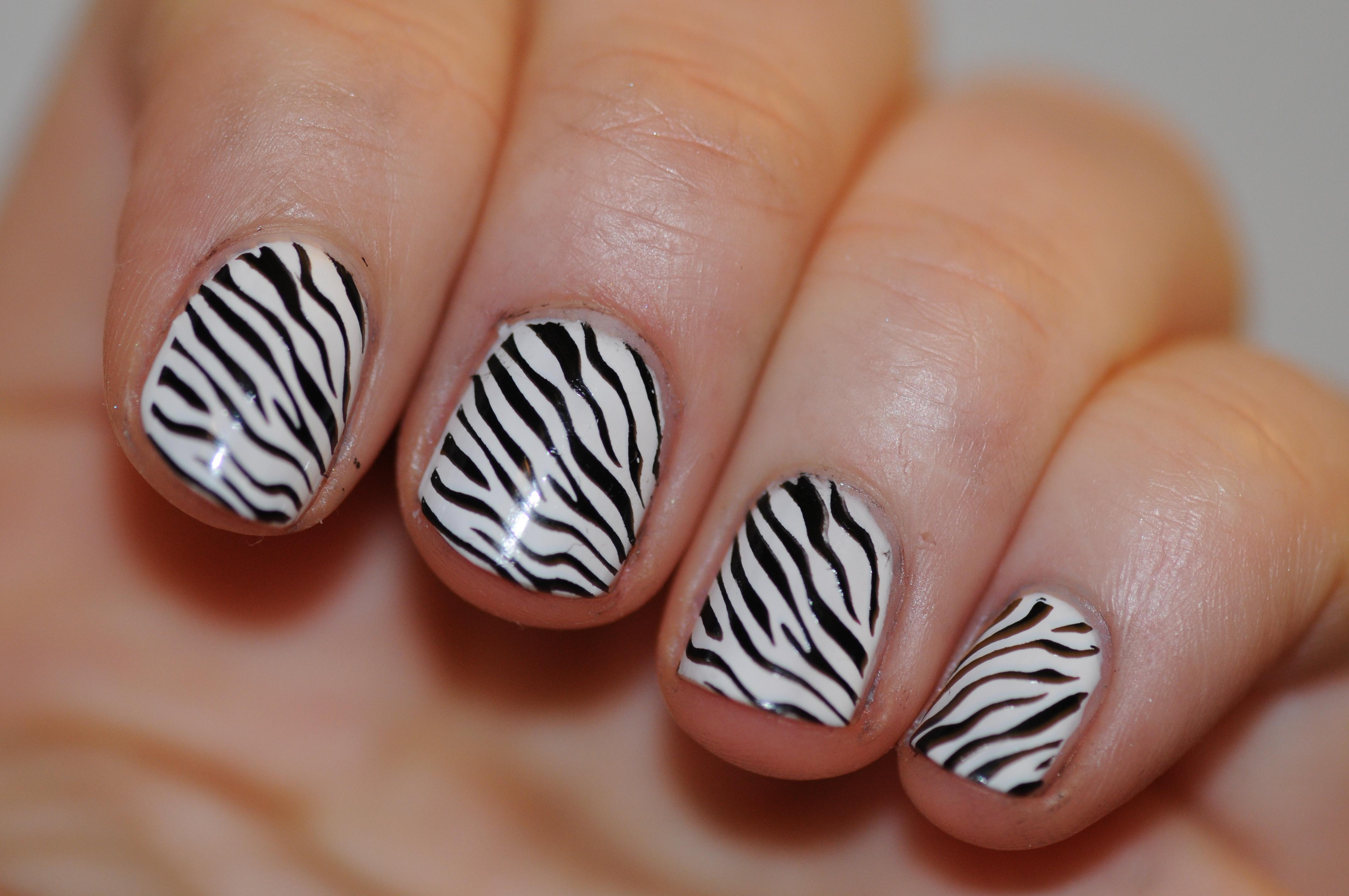 Черный маникюр зебра