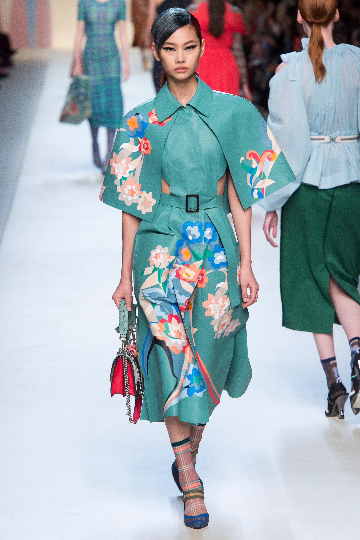 Fendi весна лето 2018 зеленое пальто