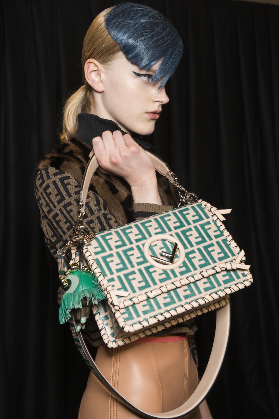Fendi весна лето 2018 сумка с зеленым логотипом