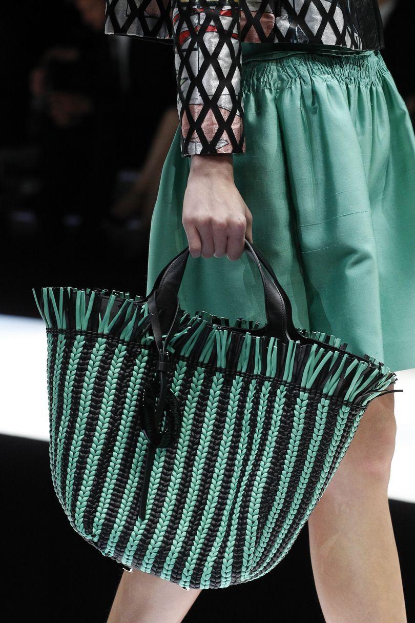 Giorgio Armani весна лето 2018 зеленая плетеная сумка