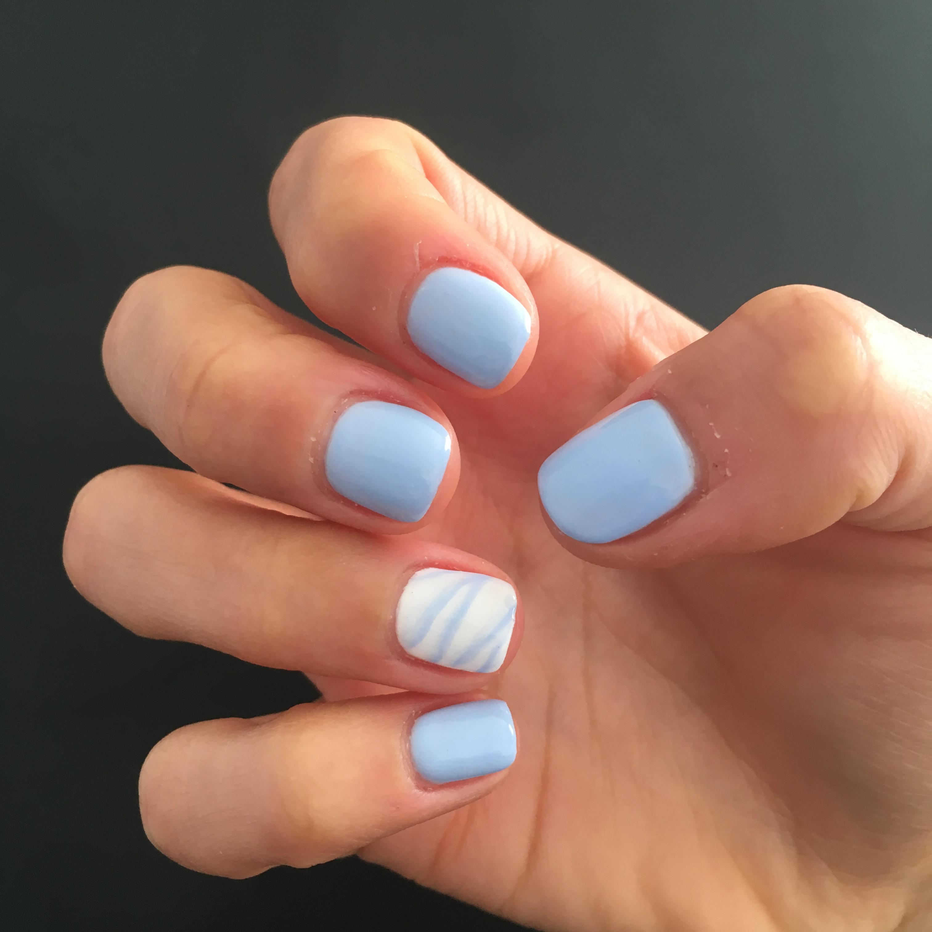 Голубой маникюр с акцентным ногтем