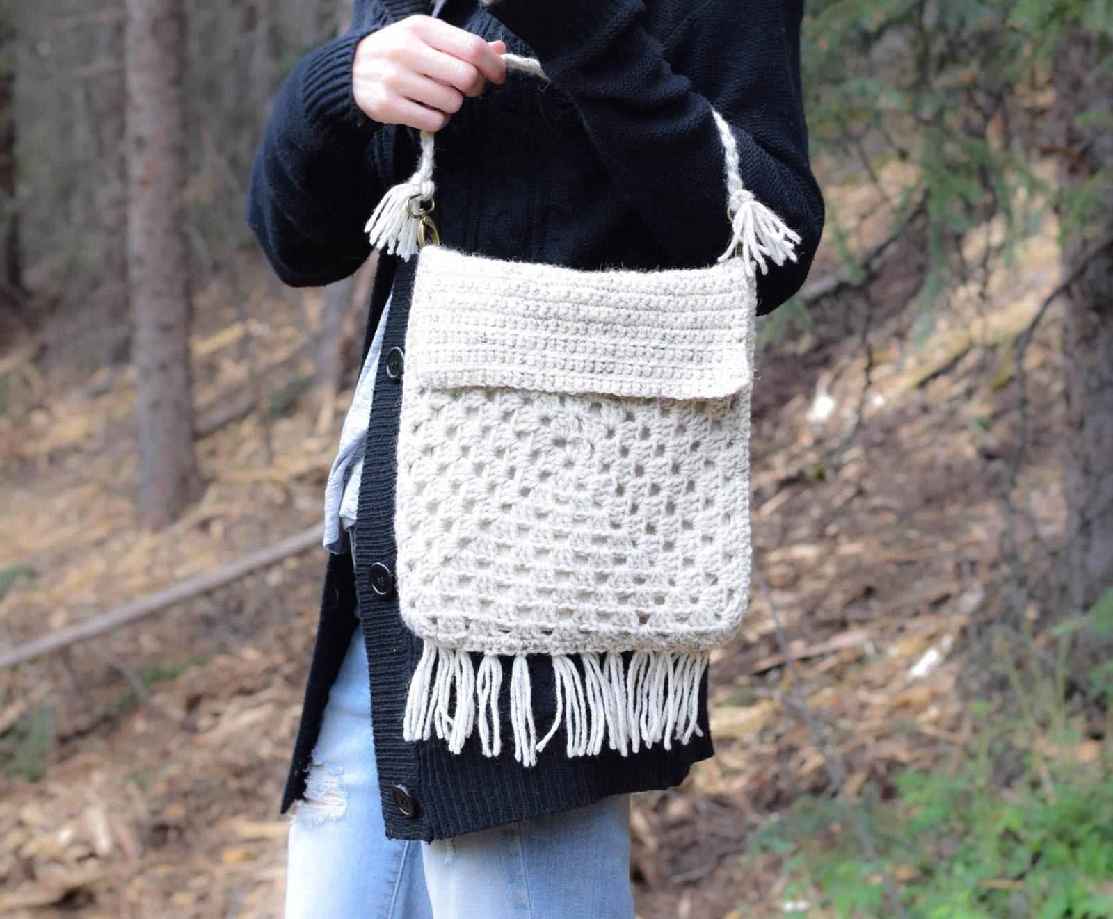 Вязаная сумка с бахромой