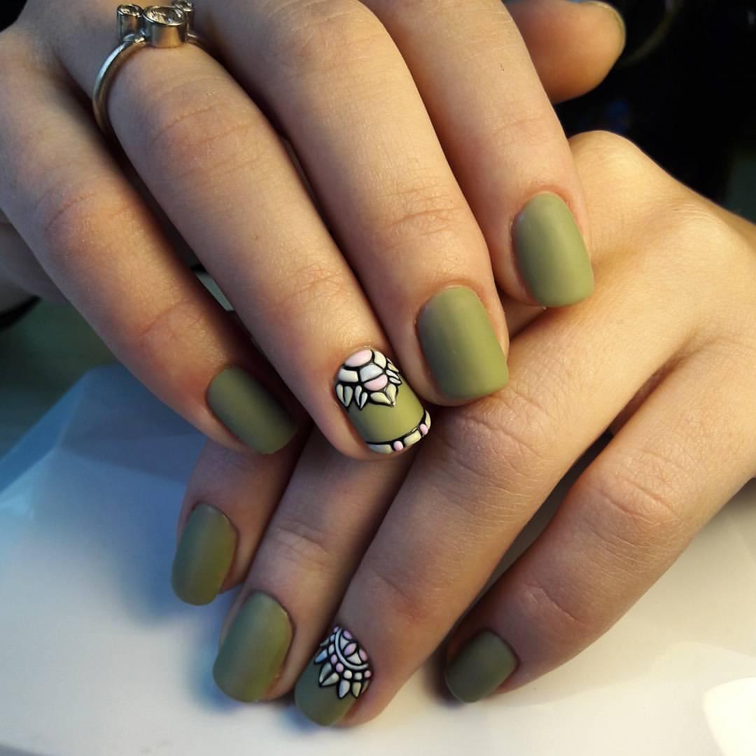 Зеленый маникюр с белым узором