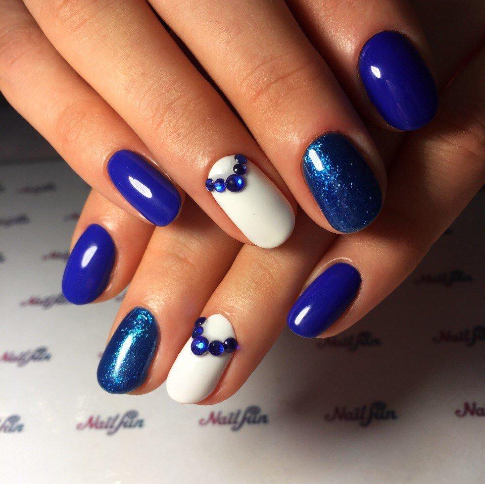 Синий маникюр с белым цветом и со стразами