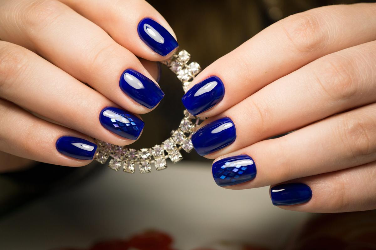 Синий маникюр битое стекло