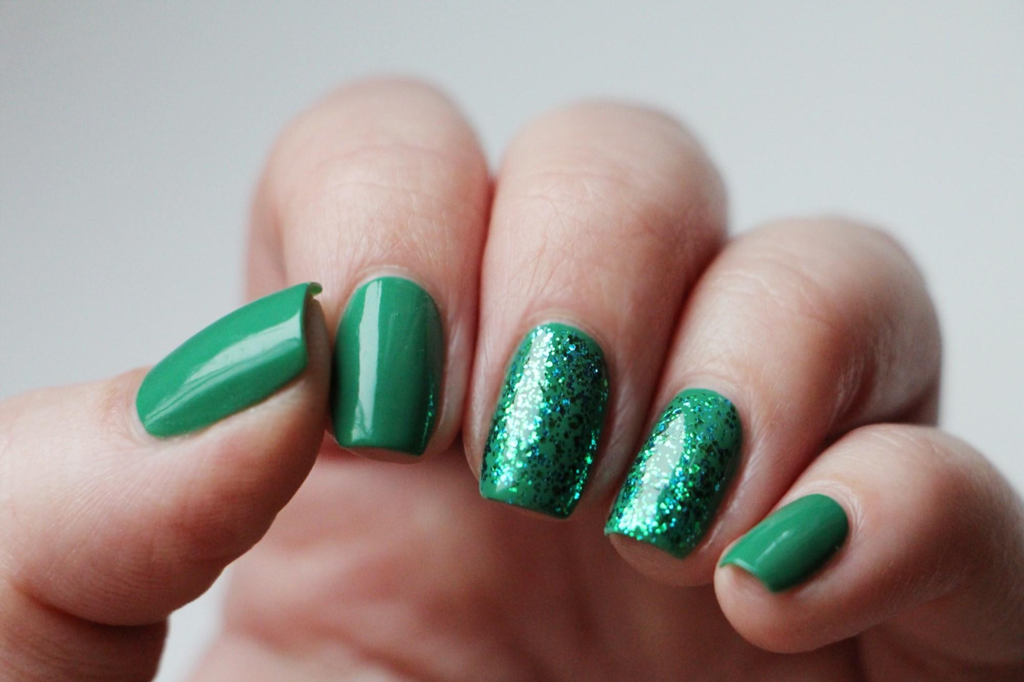Зеленый маникюр с блестящим покрытием