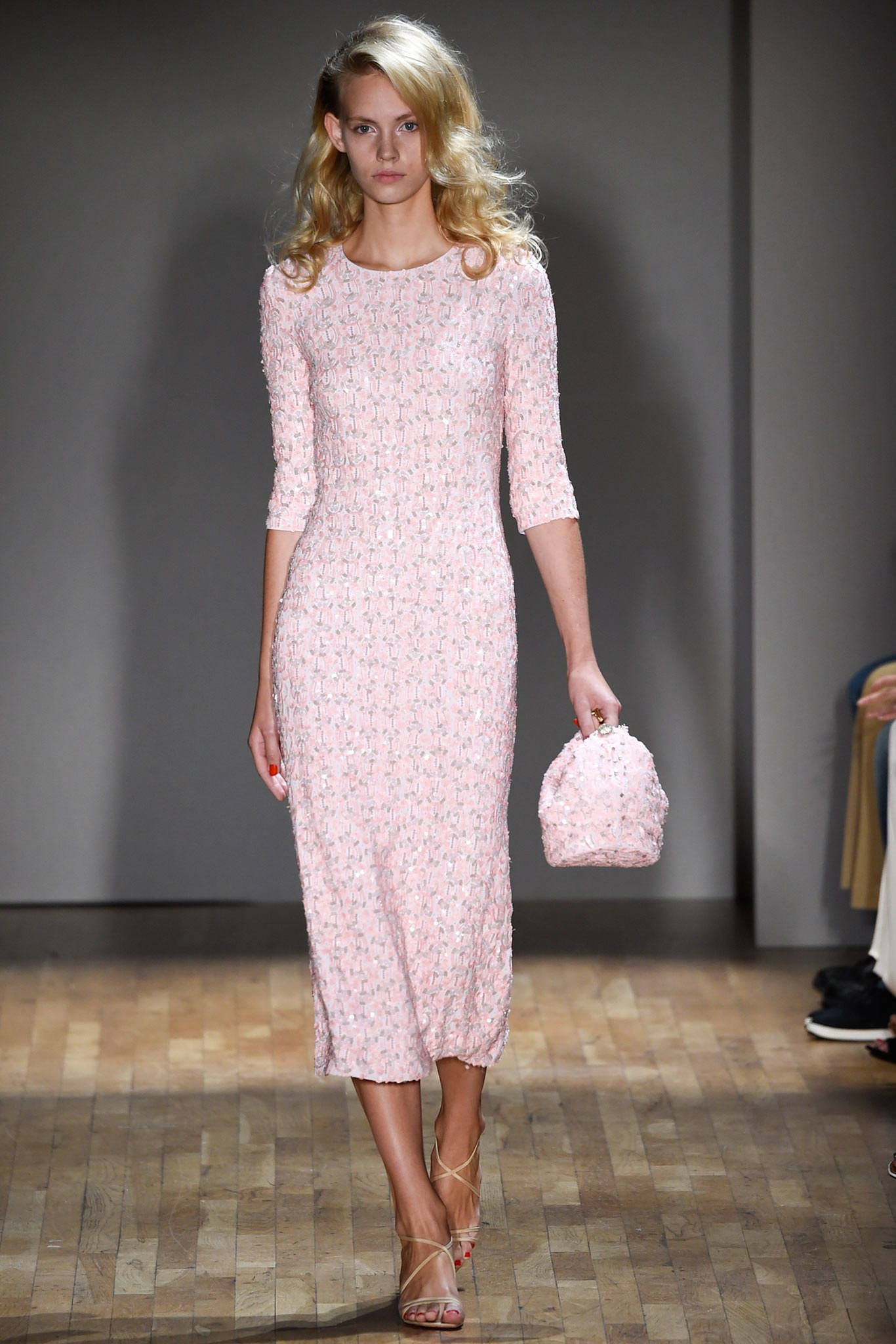 Повседневное платье блестящее розовое