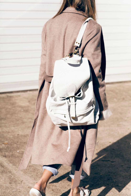 виниловый белый рюкзак с чем носить фото подчеркнула, что почти