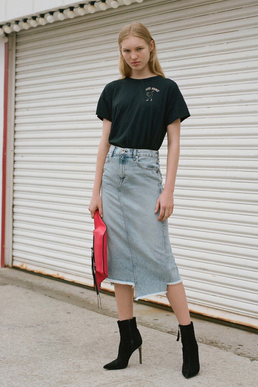 Юбка с футболкой и ботинками