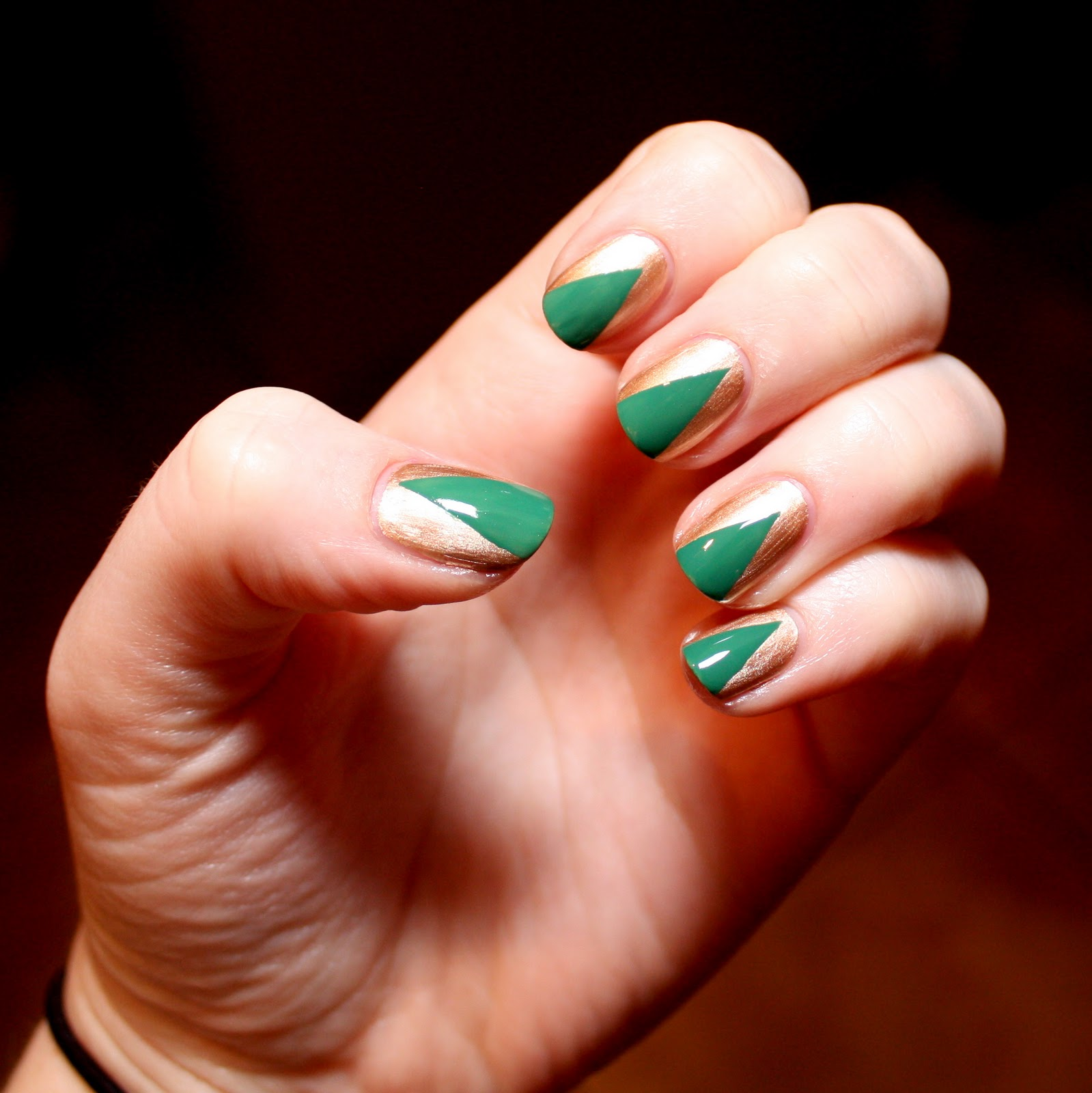 Зеленый маникюр с бронзовым лаком