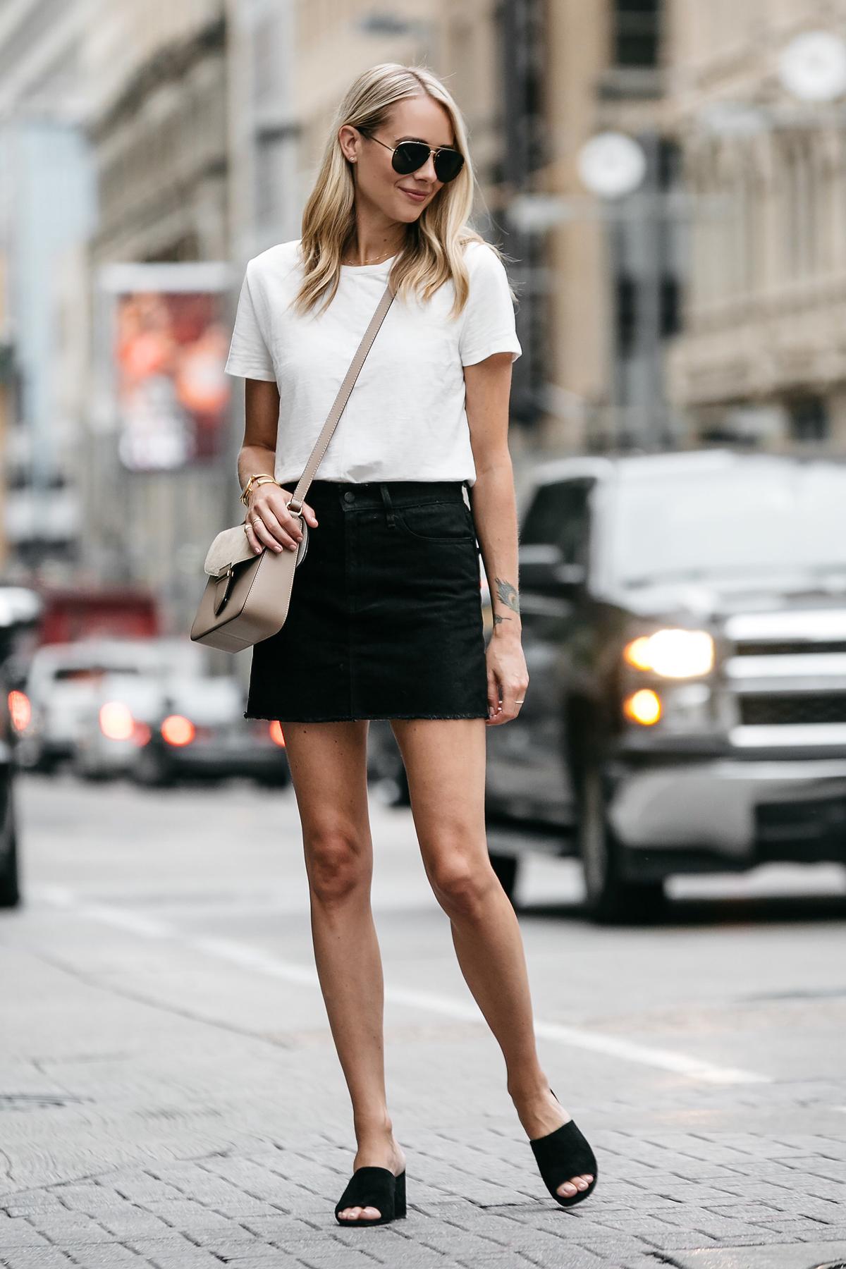 Юбка с футболкой в черно-белых тонах