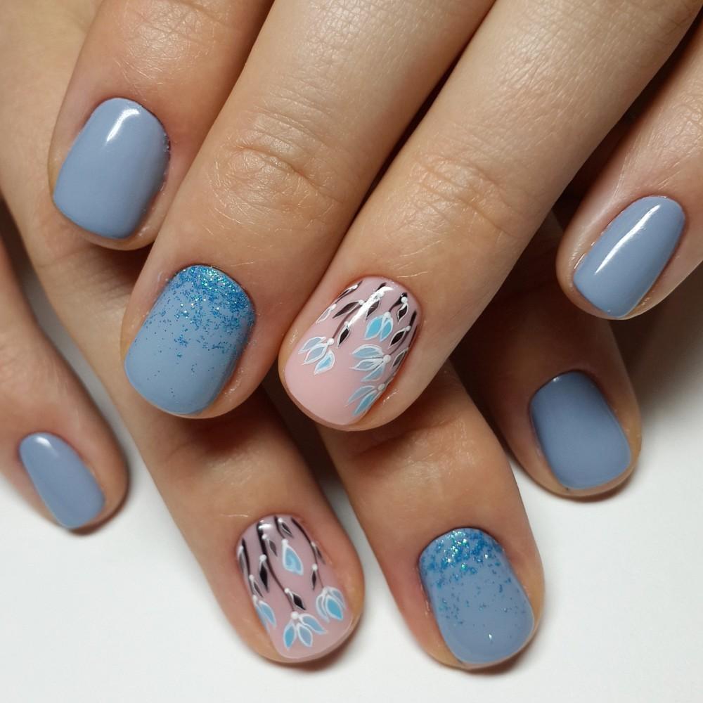 Голубой маникюр цветочный