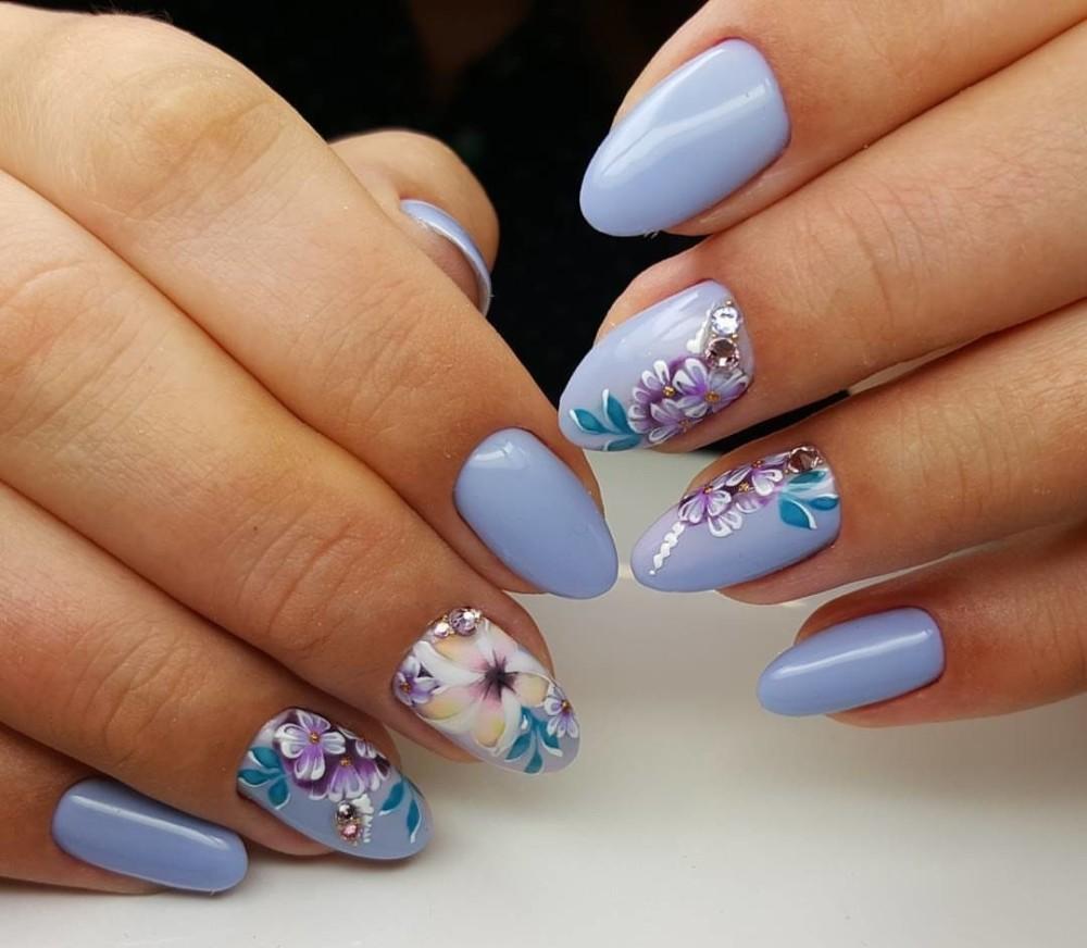 Голубой маникюр с цветами и стразами