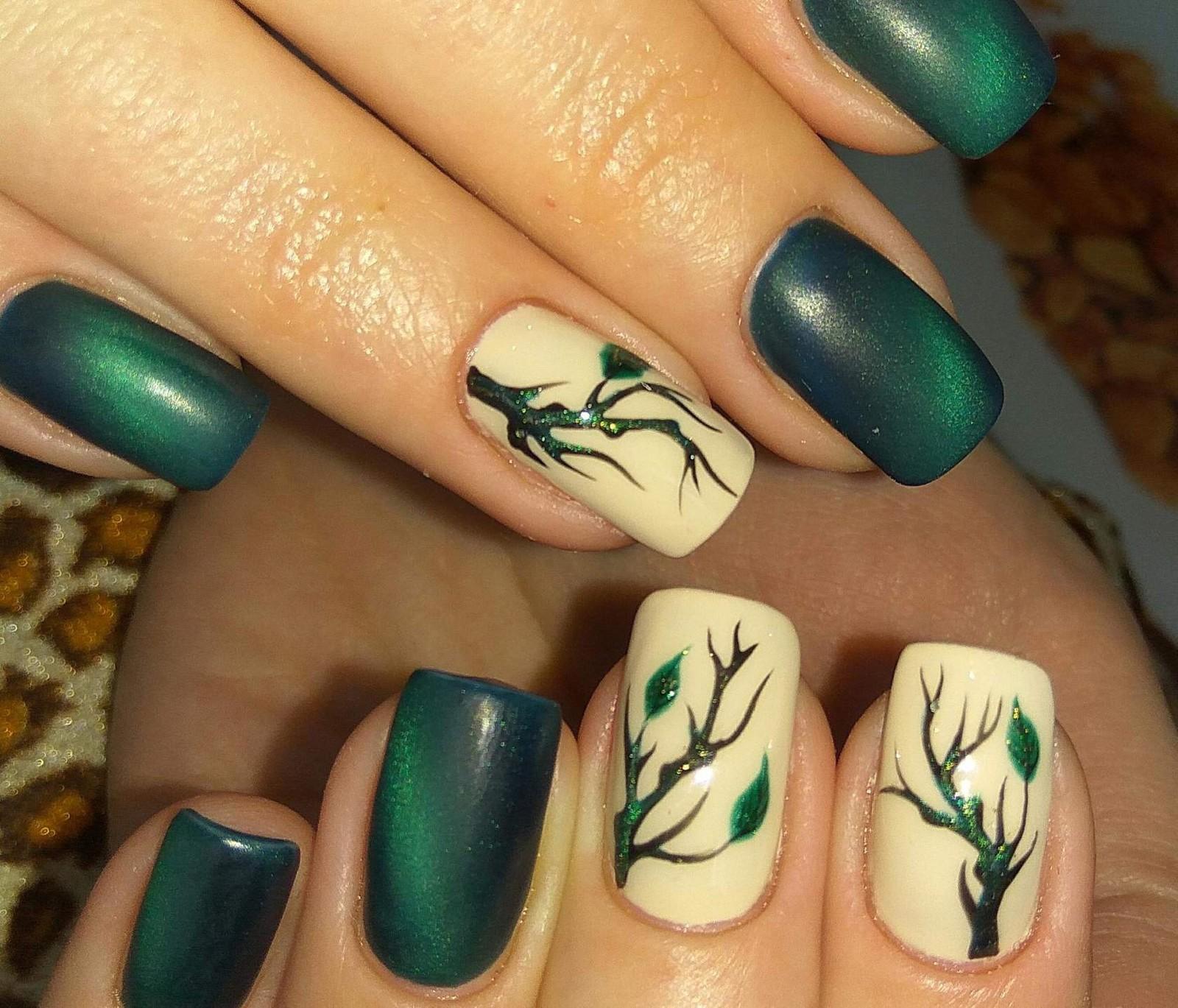 Зеленый маникюр с деревом
