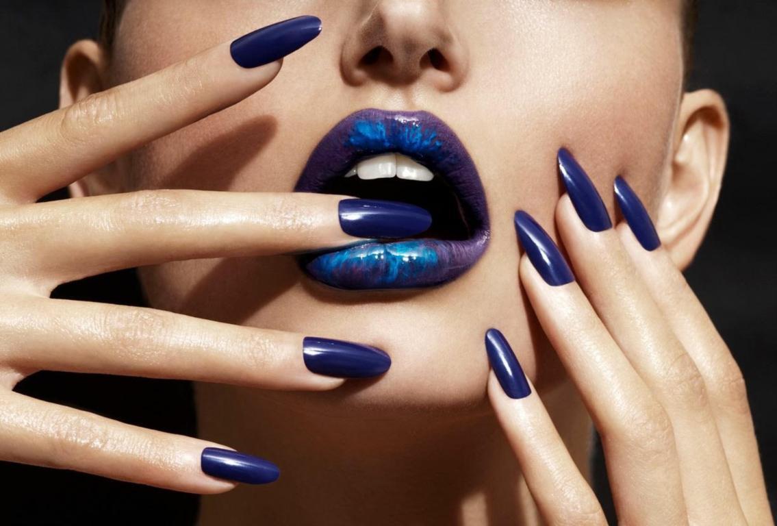 Синий маникюр на длинные ногти лаком