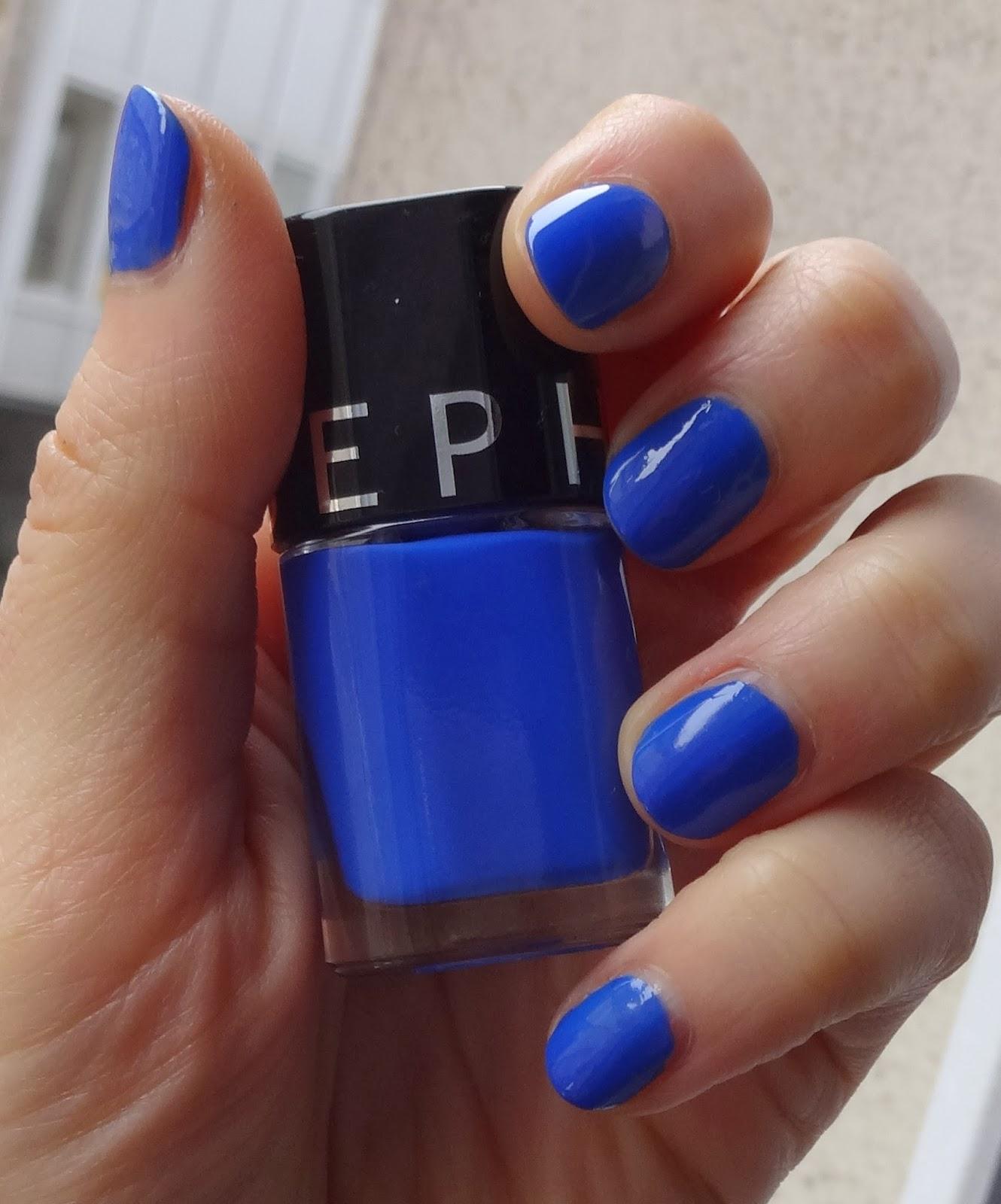 Синий маникюр электрик