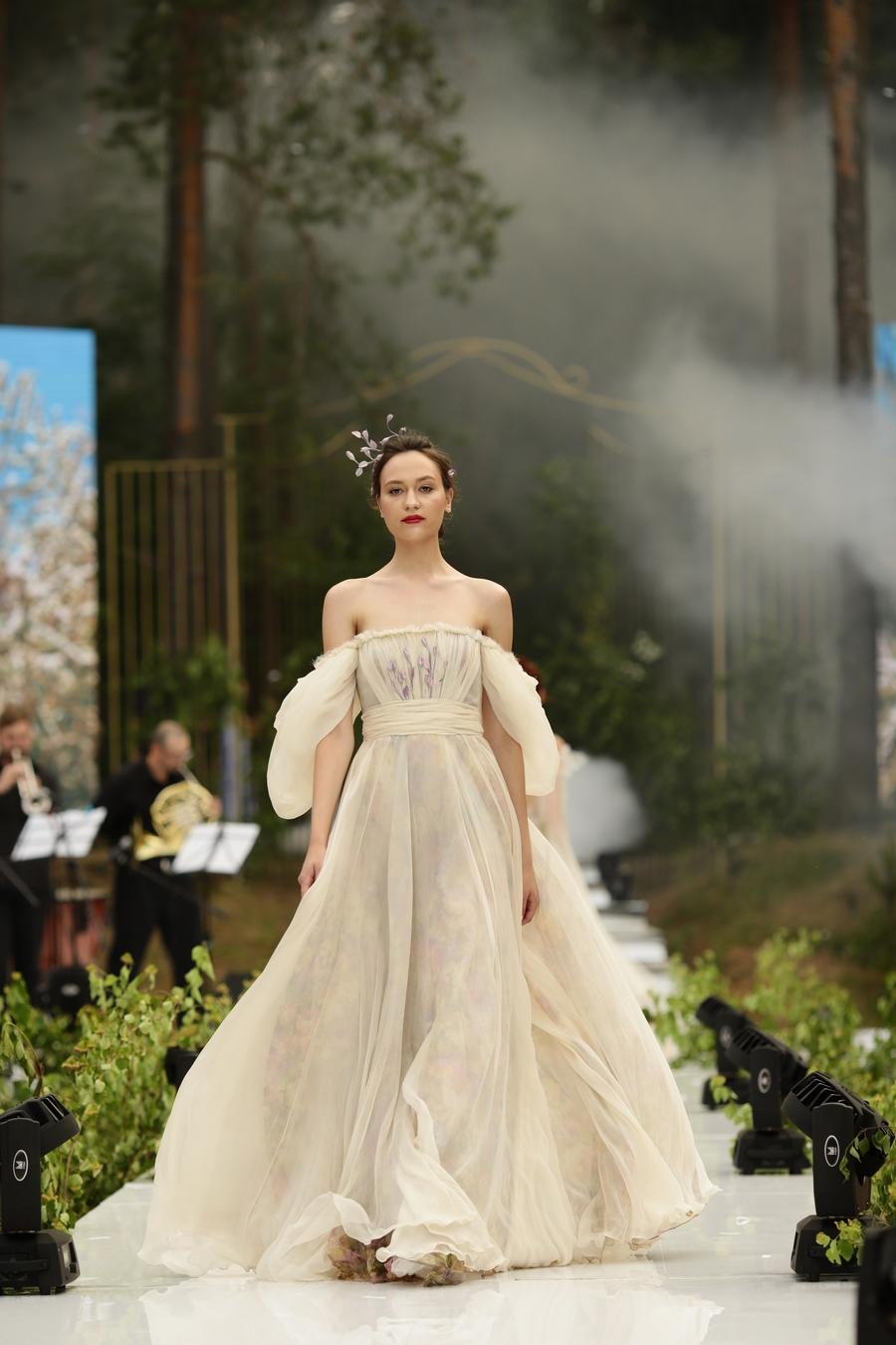 Свадебное платье айвори с фиолетовыми цветами
