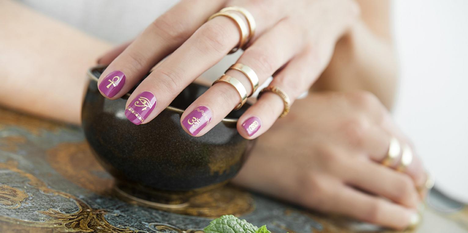 Маникюр фиолетовый с наклейками золотыми