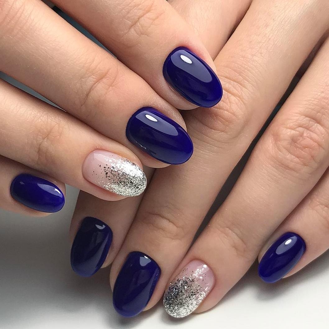 Синий маникюр с фольгой на ногте