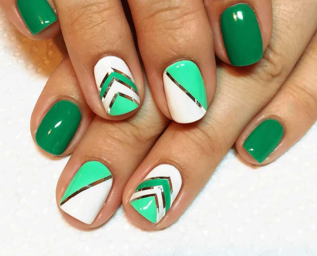 Зеленый маникюр геометричный с серебром