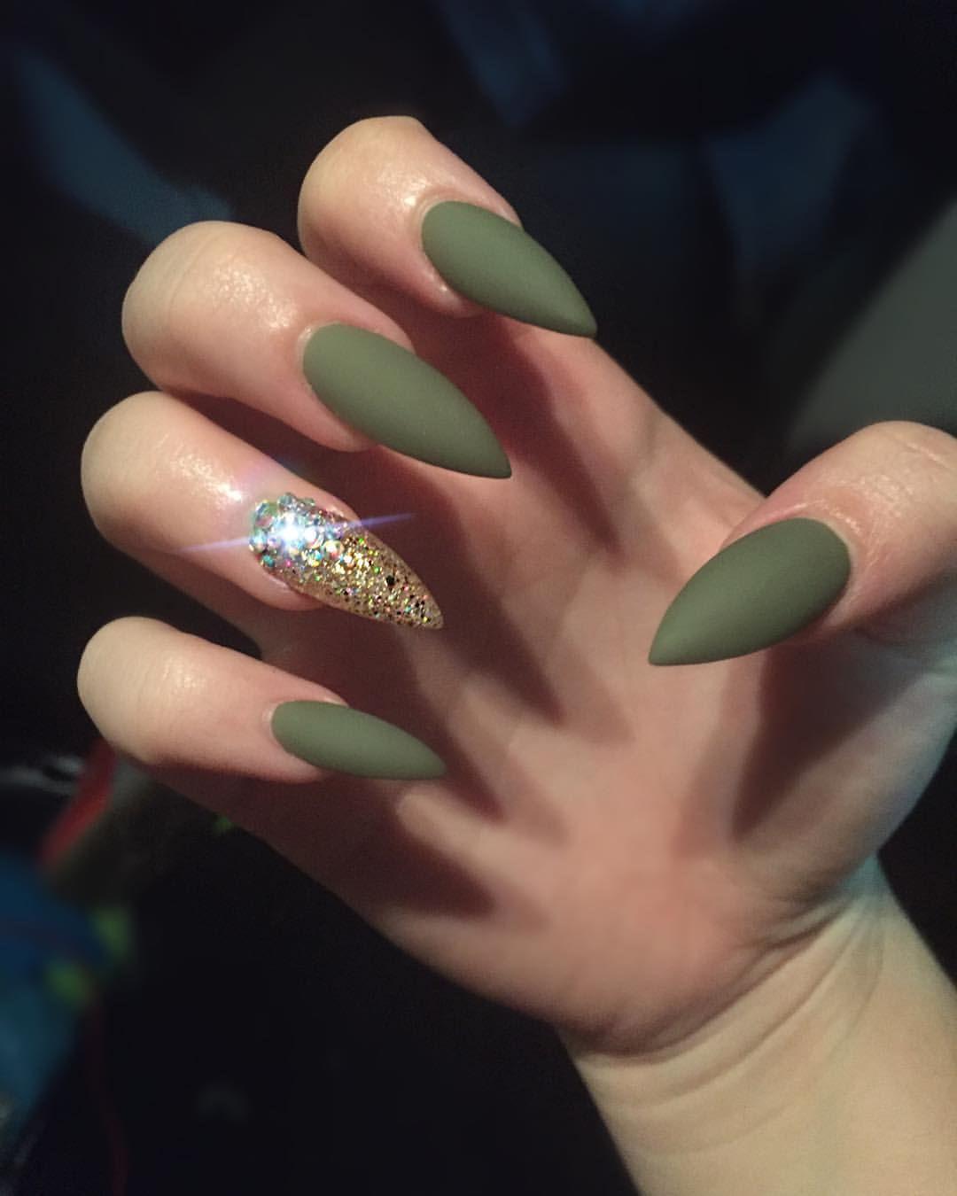 Зеленый маникюр хаки