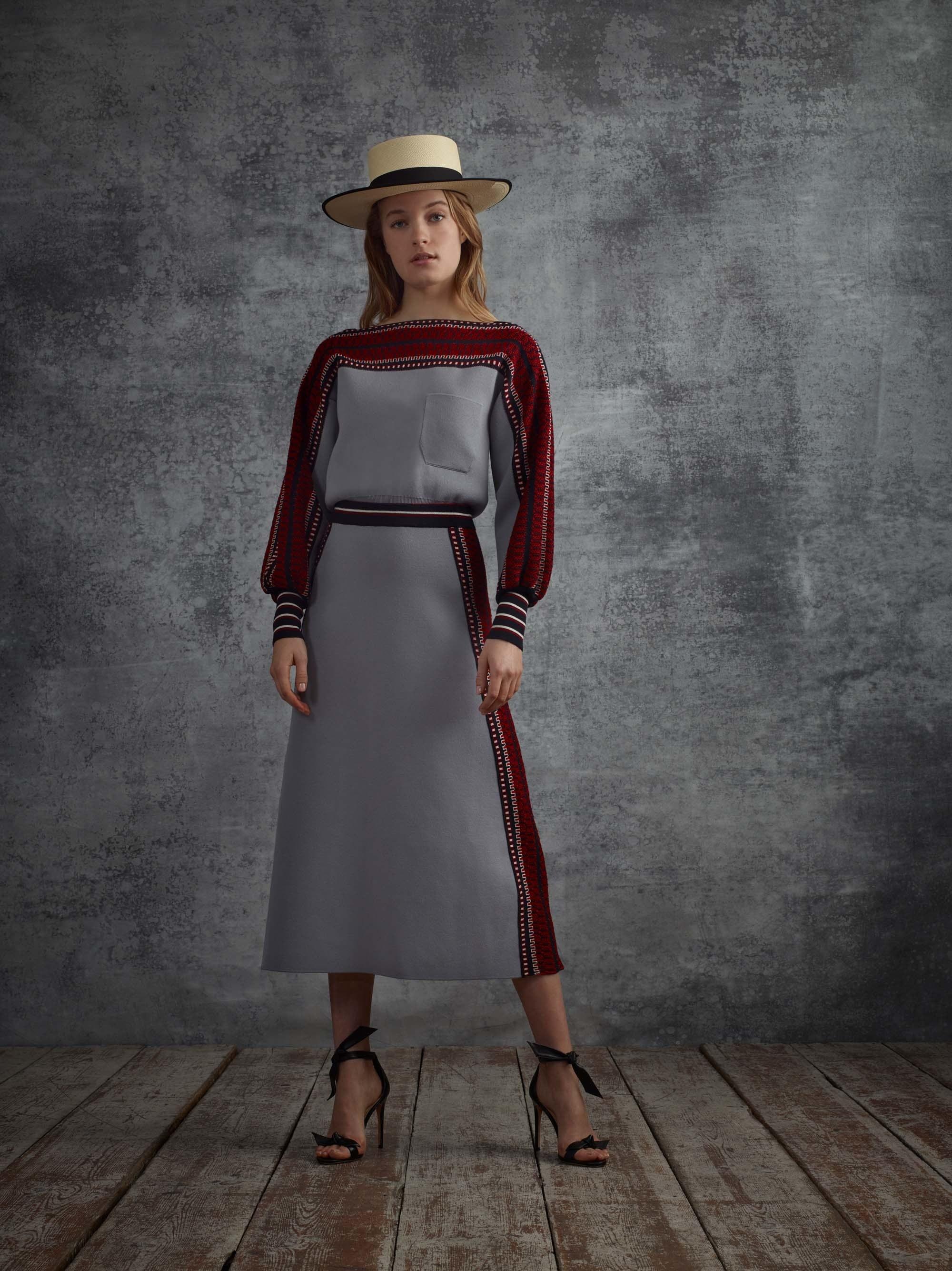 Серое платье с красным декором
