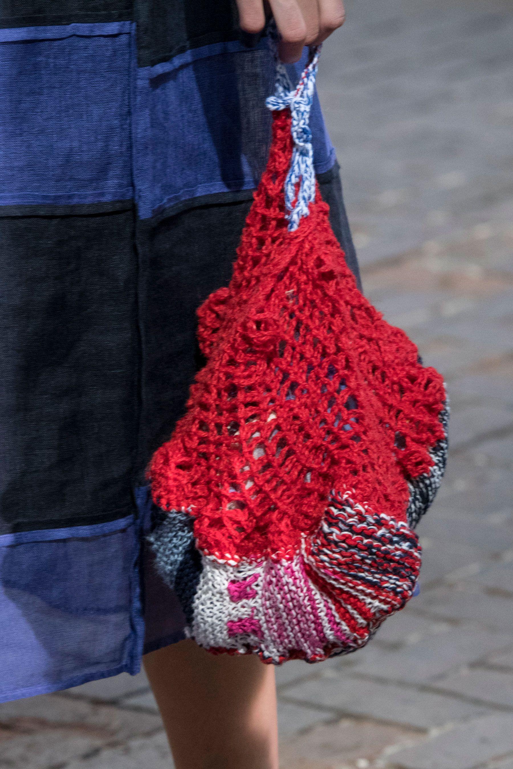 Вязаная сумка красная