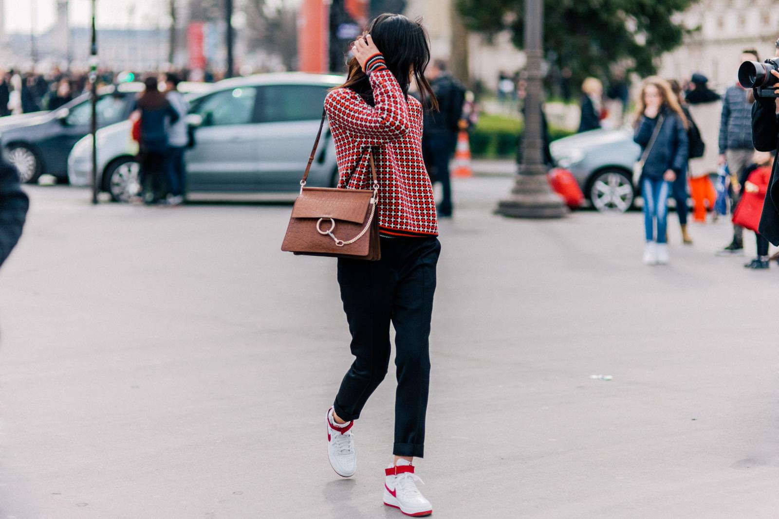 С чем носить кеды красно-белые