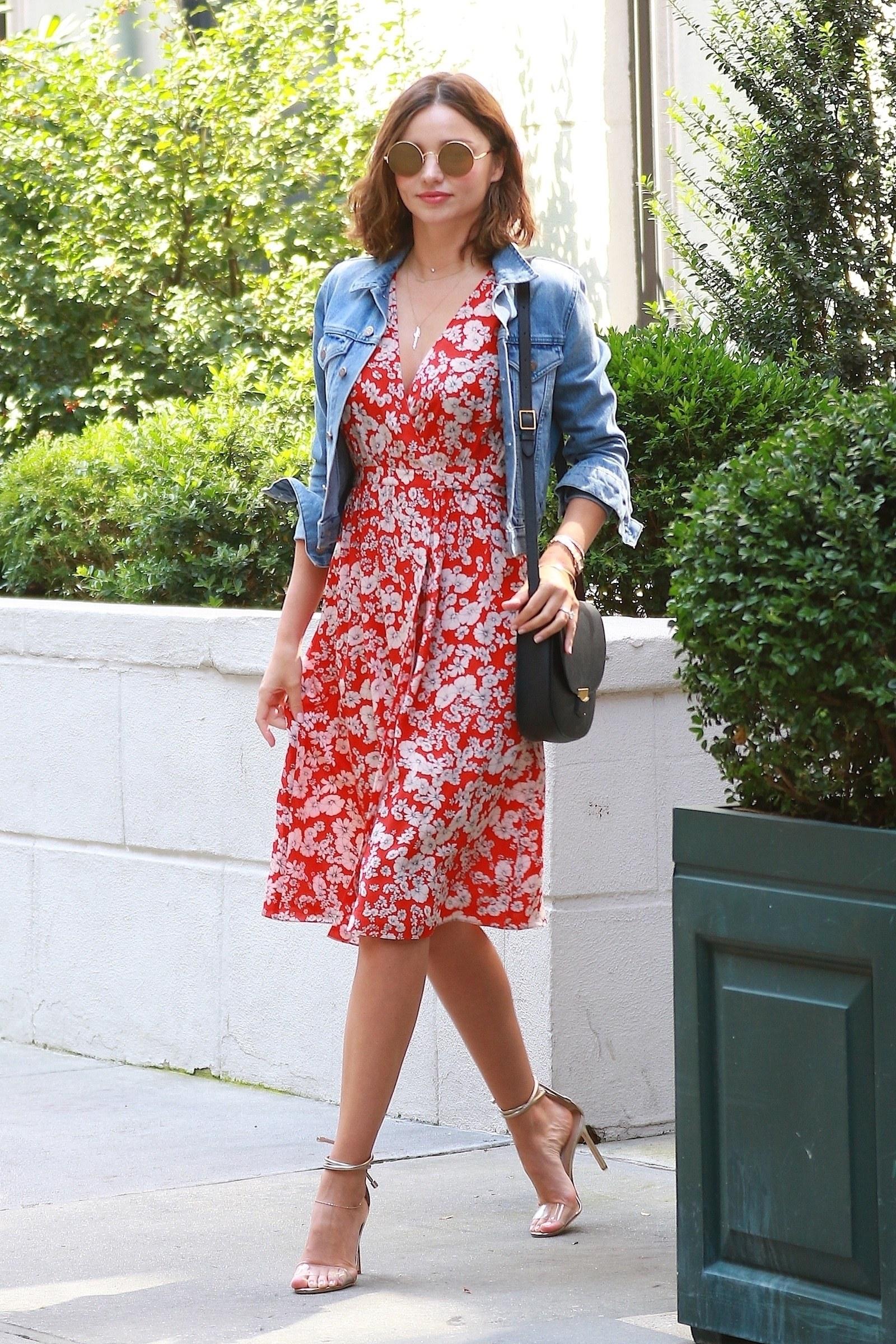 Повседневное платье красное с цветами