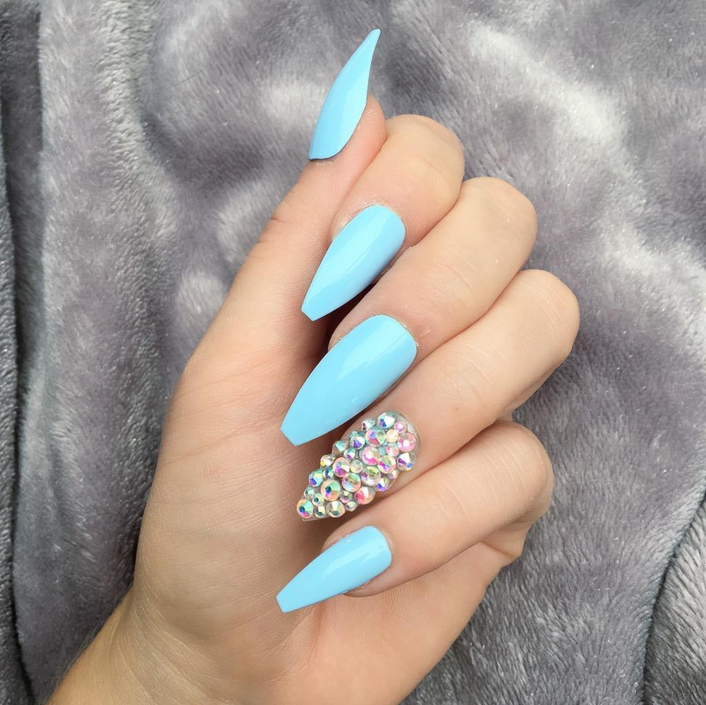 Голубой маникюр с кристаллами