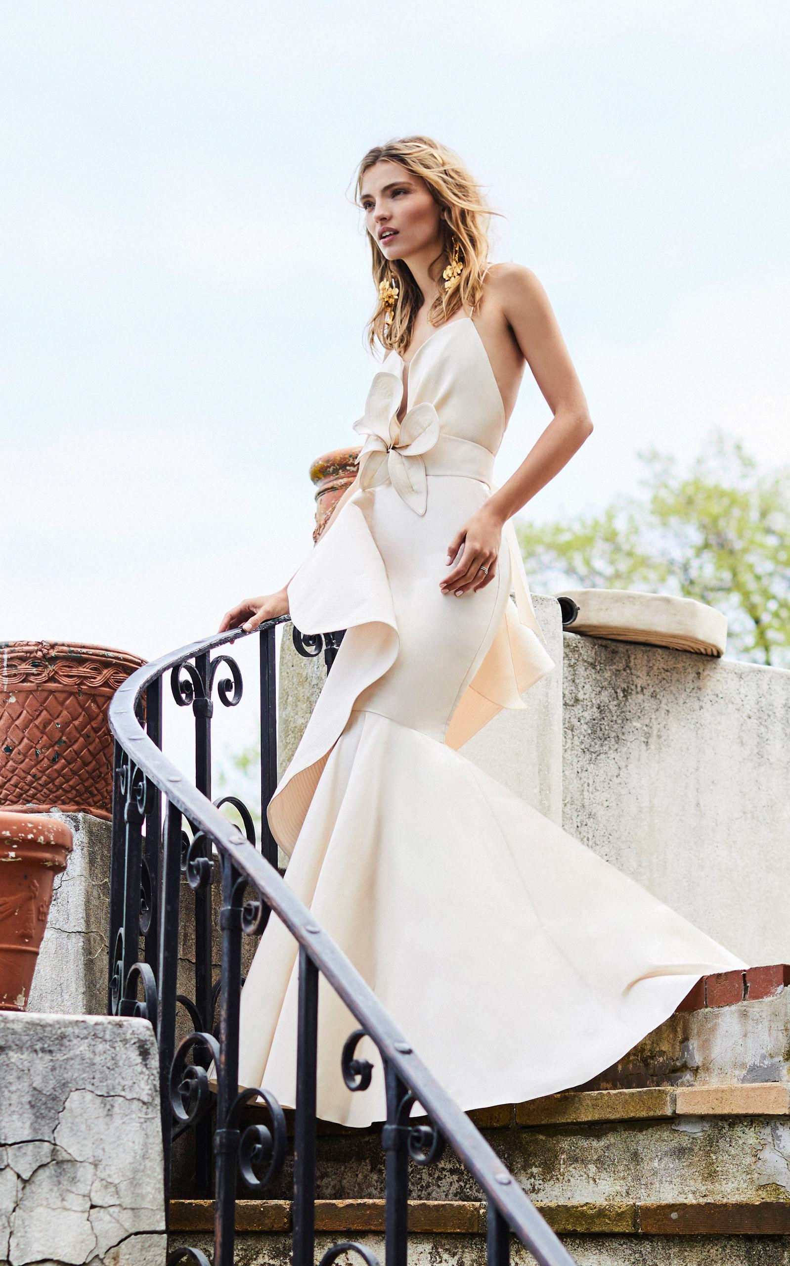 Свадебное платье рыбка с крупными воланами