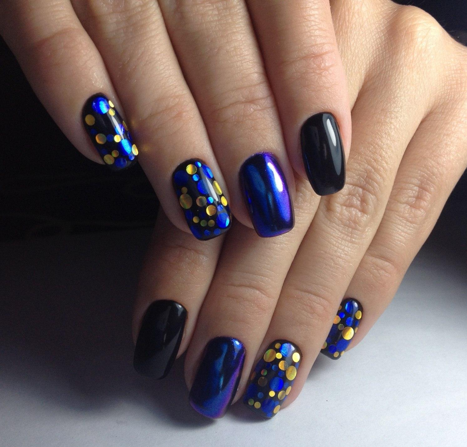 Синий маникюр с крупными блестками