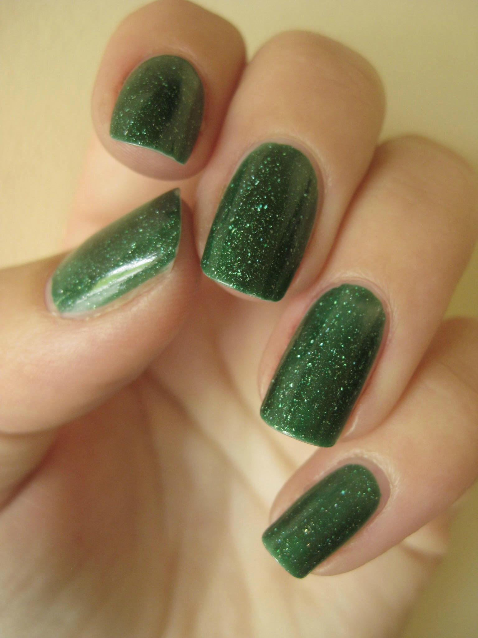 Зеленый маникюр лаком