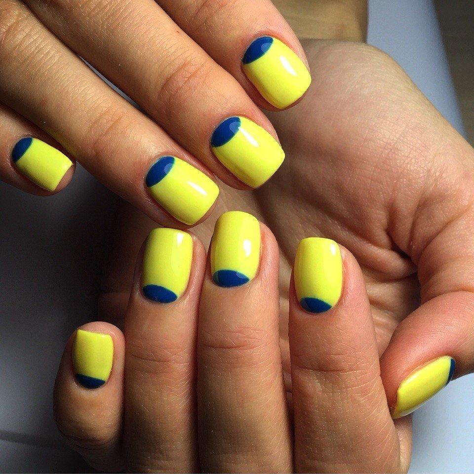 Синий маникюр лунный с желтым цветом