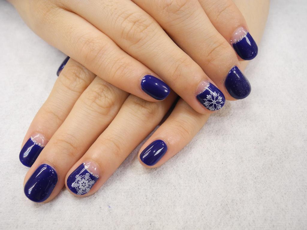 Синий маникюр лунный со снежинками