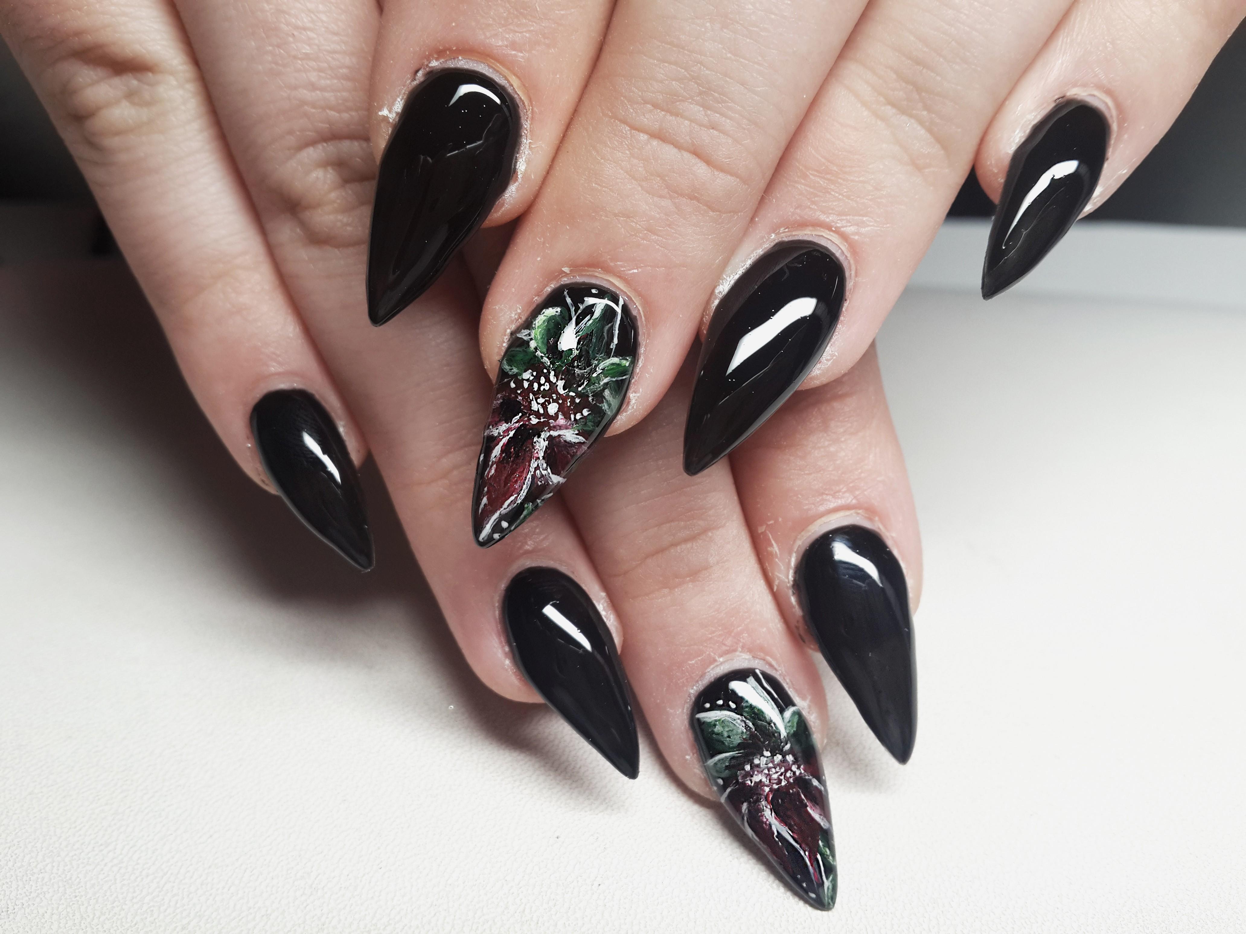 Острый маникюр на нарощенные ногти