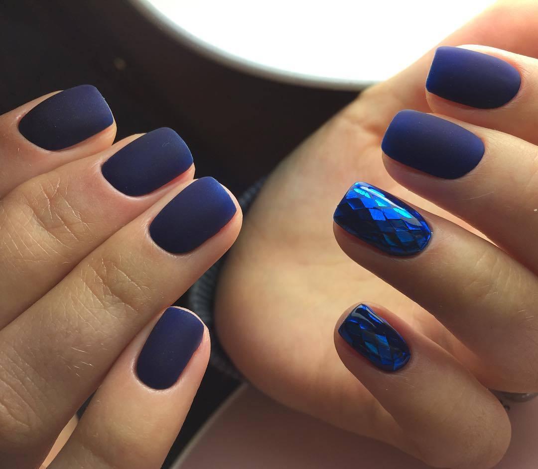 Синий маникюр матовый битое стекло